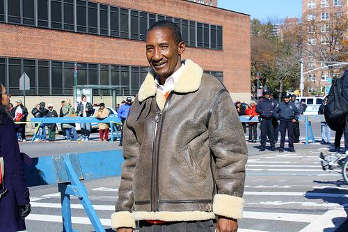 NYC Marathon: Champion backwards runner cheers in Harlem