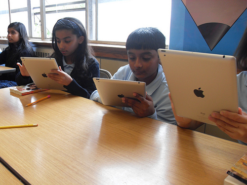 Queens kids replace textbooks with iPads