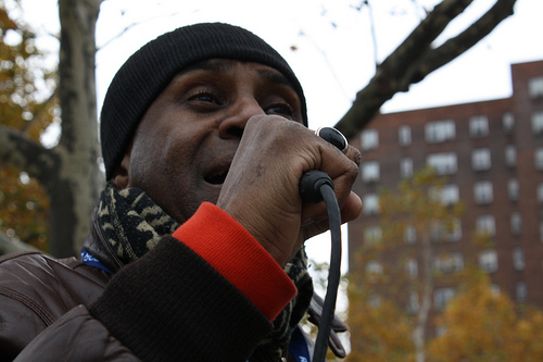 Singer Claude Jay motivates runners with inspirational Gospel in Harlem. Photo by Rajeev Dhir